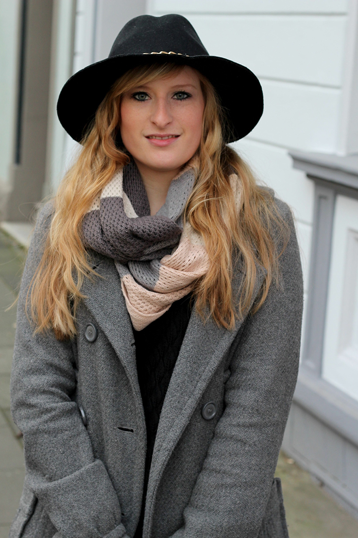 7 schwarzer Hut grauer Mantel Ostern Outfit: Grauer Mantel mit braune Prada Tasche und Boots