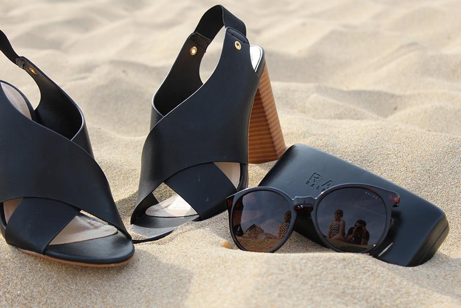 8 Just Fab Schuhe und Ralph Lauren Sonnenbrille im Sand von Mallorca