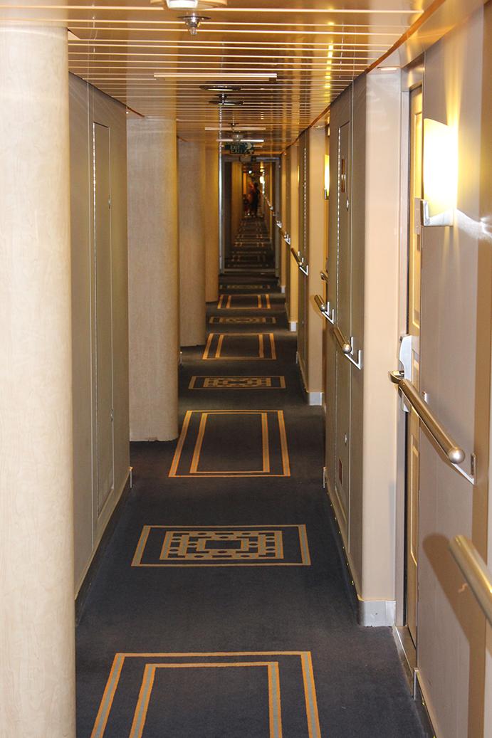 92 MSC Armonia Kreuzfahrt Mittelmeer langer Flur Zimmer