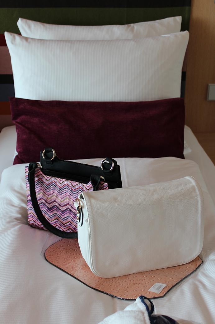 3 Hotel Radisson Blu Hotelzimmer Business Suite Betten Handtaschen