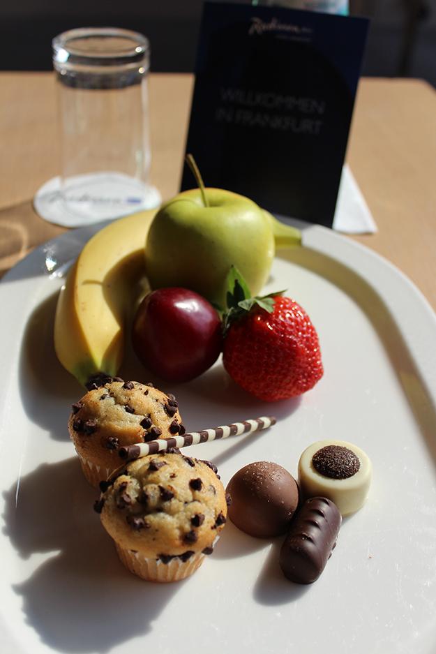 4 Radisson Blu Hotelzimmer Business Obst Süßigkeitenteller