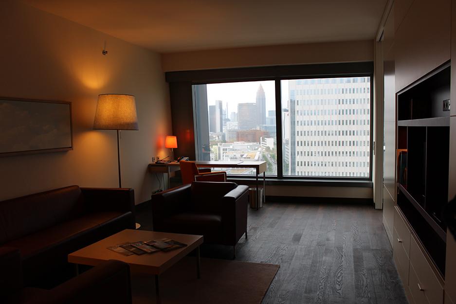 7 Radisson Blu Hotelzimmer Executive Suite Wohnzimmer Ausblick Skyline Frankfurt