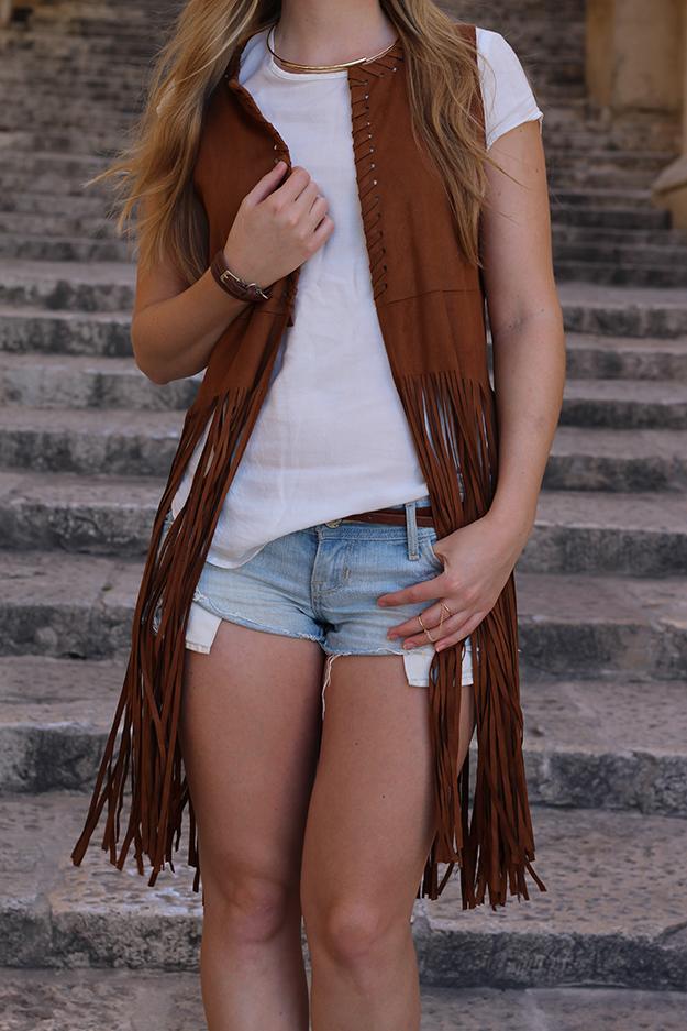 8 lange Weste mit Fransen Jeans Shorts basic shirt