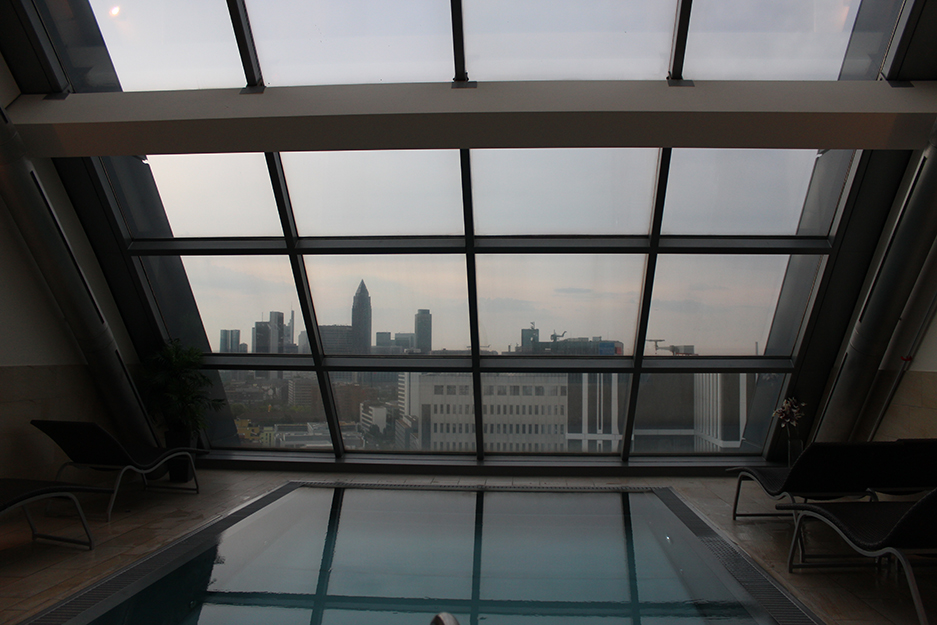 94 Radisson Blu Frankfurt Wellnessbereich Skyline