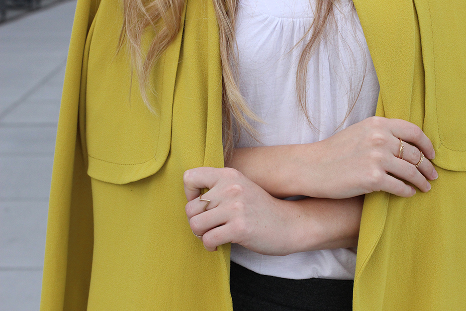 3 Details gelber Trenchcoat Tom Tailor goldener Schmuck Ringe