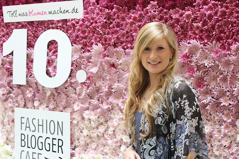 Fashion Blogger Cafe Berlin Juli 2015 rosa Blumenwand Brinisfashionbook