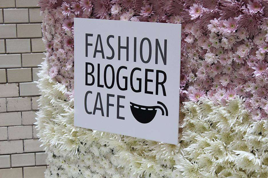 Fashion Blogger Cafe Berlin Juli 2015 rosa Blumenwand