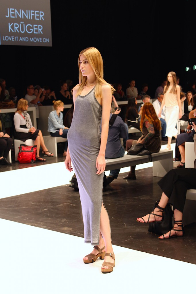 Runway Show FashionBloggerCafe Shoeedition langes graues Kleid