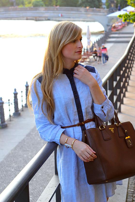 08 Fashionblog Jeanskleid braune Prada Tasche Dom ootd