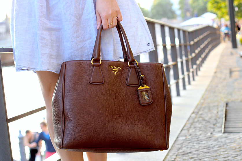 09 Fashionblog Jeanskleid braune Prada Tasche ootd