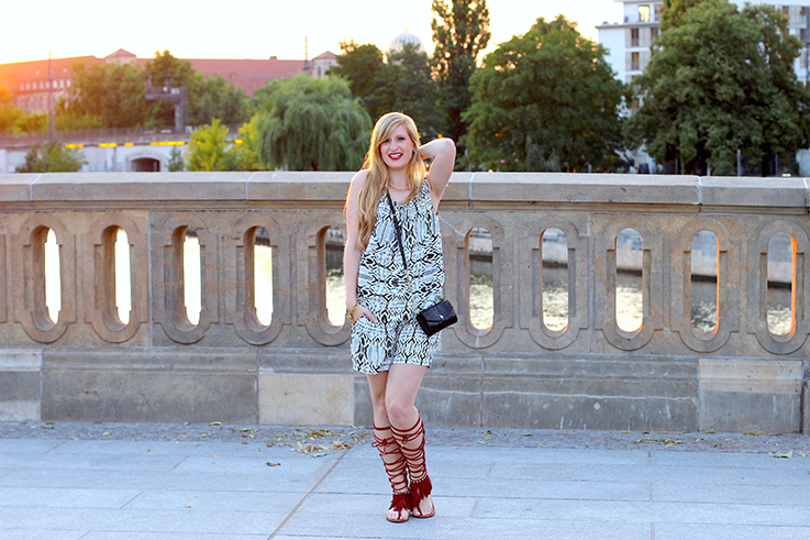 4 gemusterter Jumpsuit Modeblog Sonnenuntergang Berlin Michael Kors Tasche