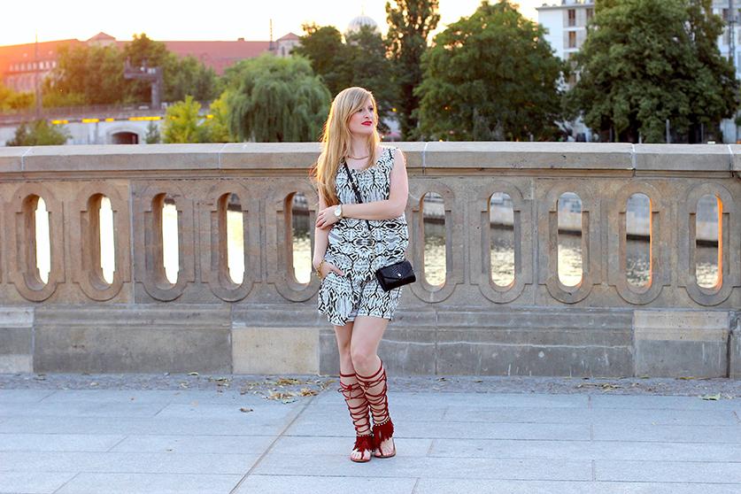 91 gemusterter Jumpsuit Modeblog Berlin rote Gladiator Sandalen