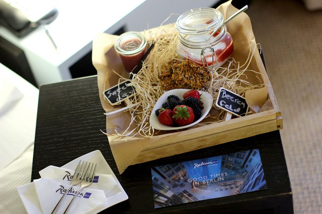 Service Willkommenssnack Begrüßung Hotel Radisson Blu Berlin Erdbeeren