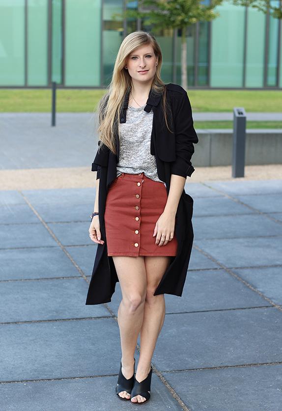 1 Fashion Blog Köln ootd Jeansrock mit Knopfleiste und Trenchcoat