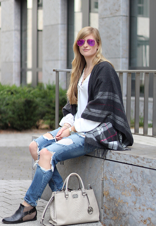 1 Poncho Herbstlook mit Ripped Jeans Fashion Blog Berlin ootd