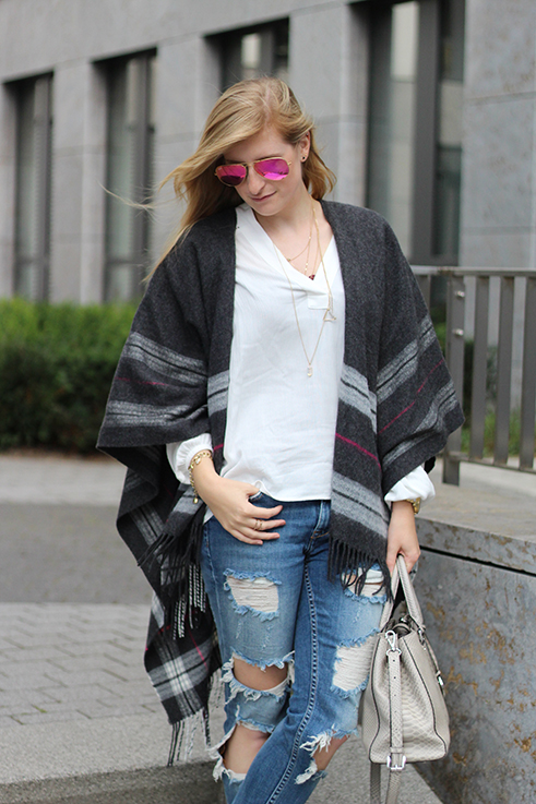 2 Poncho Herbstlook mit Ripped Jeans Fashion Blog Berlin ootd