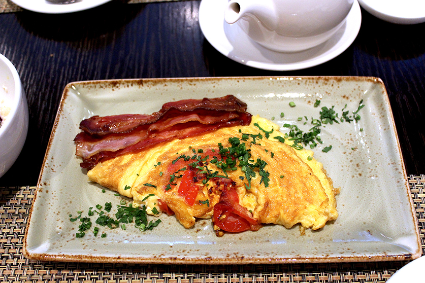 Frühstücksbuffet Omelette Tomaten Bacon Radisson Blu Hamburg Airport