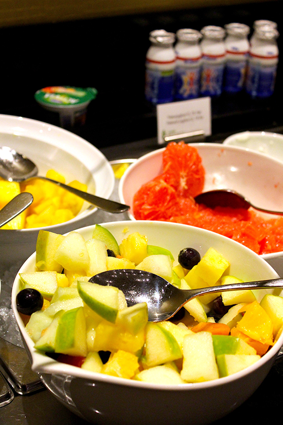 Frühstücksbuffet frisches Obst Quark Radisson Blu Hamburg Airport