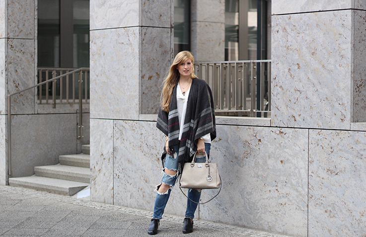 Poncho Herbstlook mit Ripped Jeans Fashion Blog Berlin ootd 6