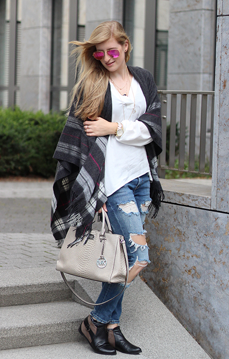 Poncho Herbstlook mit Ripped Jeans Fashion Blog Berlin ootd 7