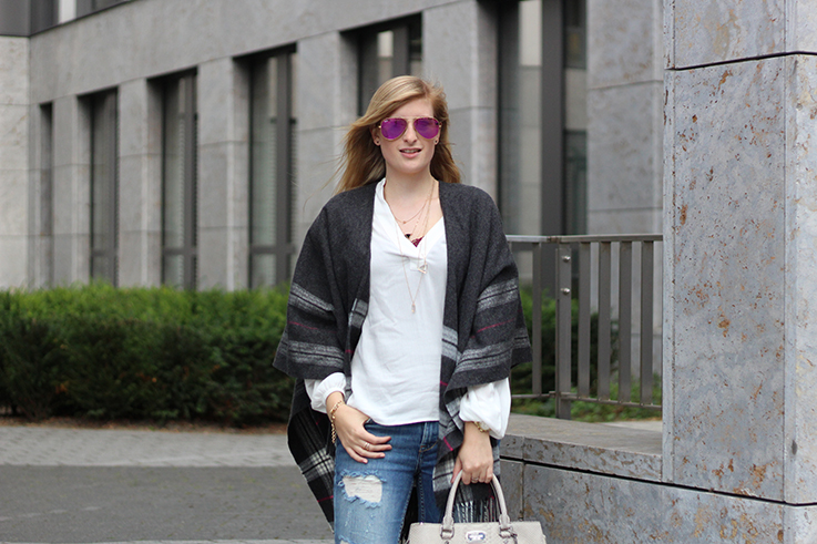 Poncho Herbstlook mit Ripped Jeans Fashion Blog Berlin ootd 9