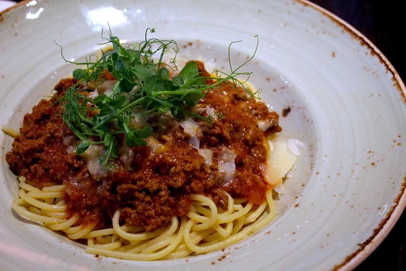 Restaurant und Bar Filini im Radisson Blu Hamburg Airport italienische Pasta Bolognese