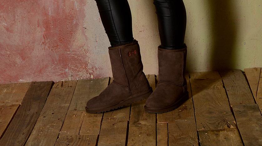 UGG Classic Boots Modell 5825 CHOCOLATE Monogram Sticken personalisiert