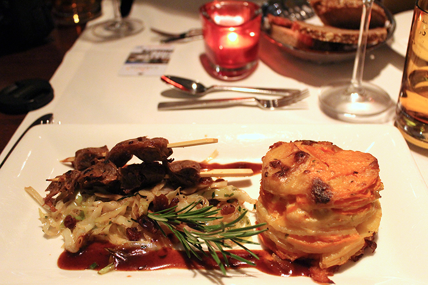 Vegan Essen gehen vegane Rinderspieße Süßkartoffelgratin Amano Verde