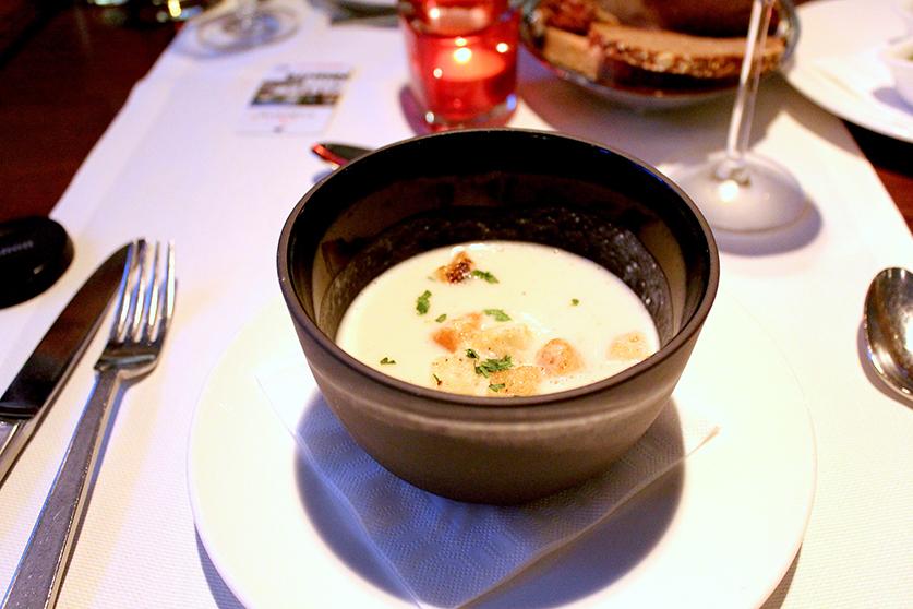 Vegane Vorspeise Kokos-Blumenkohlsuppe mit Koriander Crôutons Veganes Restaurant