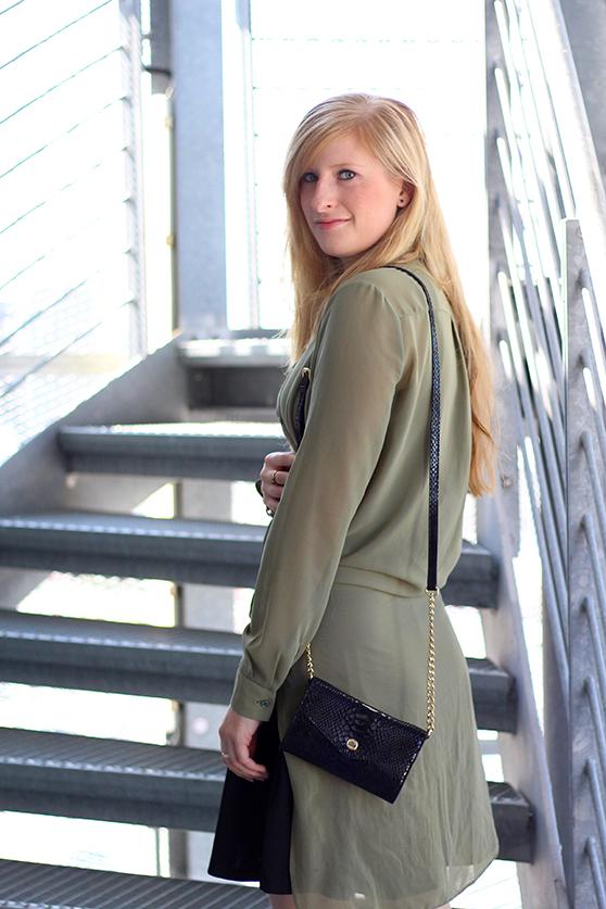 Lookbook Schwarzes Kleid und grüne lange Bluse mit Michael Kors Tasche 8