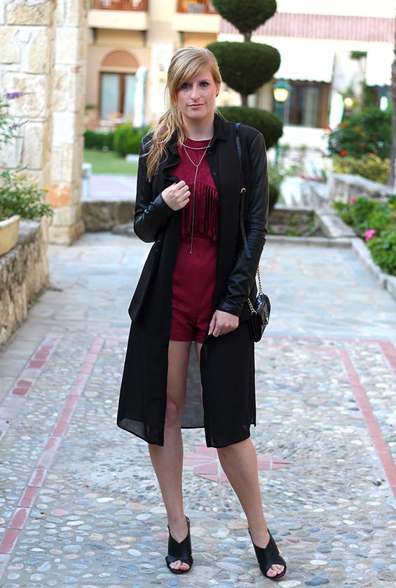 Lookbook Weinroter Wildleder Jumpsuit mit schwarzem Blazer Fashion Blog ootd Griechenland 1