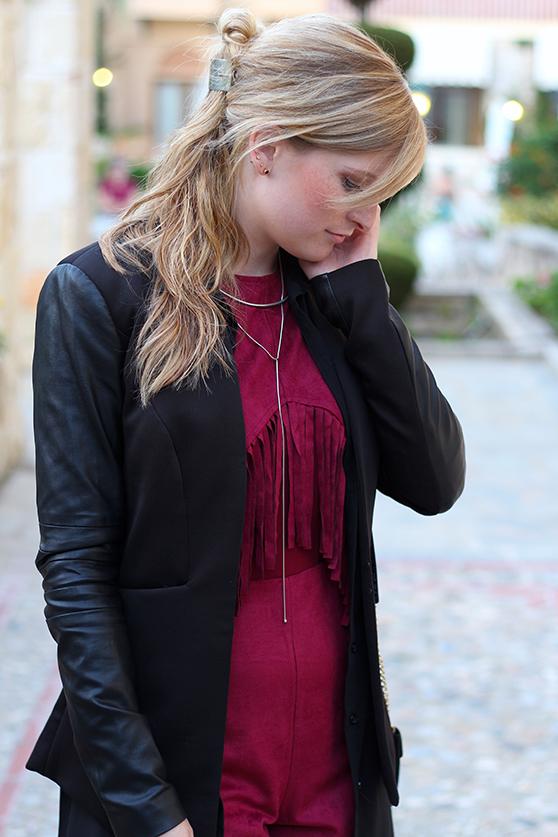 Lookbook Weinroter Wildleder Jumpsuit mit schwarzem Blazer Fashion Blog ootd Griechenland 2