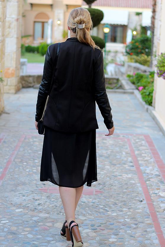 Lookbook Weinroter Wildleder Jumpsuit mit schwarzem Blazer Fashion Blog ootd Griechenland 3