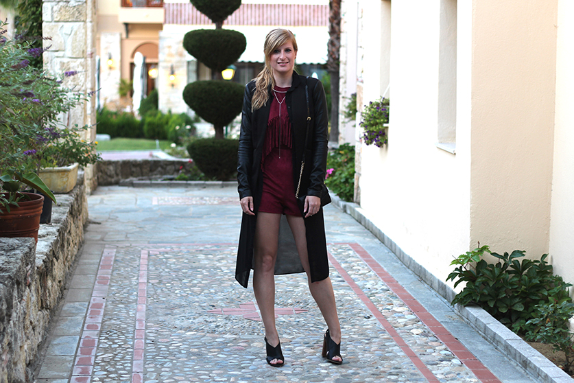 Lookbook Weinroter Wildleder Jumpsuit mit schwarzem Blazer Fashion Blog ootd Griechenland 5