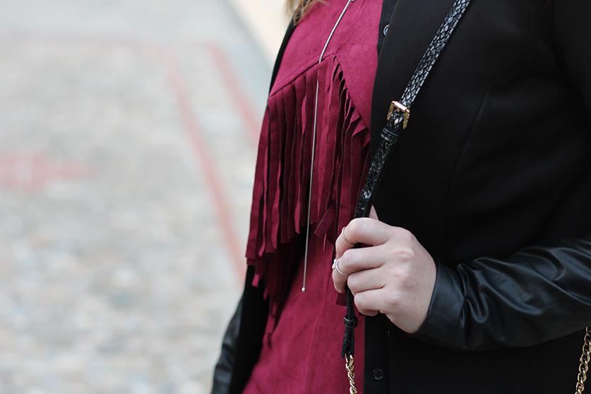 Lookbook Weinroter Wildleder Jumpsuit mit schwarzem Blazer Fashion Blog ootd Griechenland 6