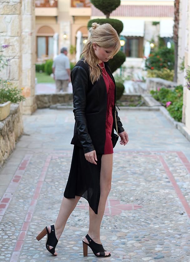 Lookbook Weinroter Wildleder Jumpsuit mit schwarzem Blazer Fashion Blog ootd Griechenland 7