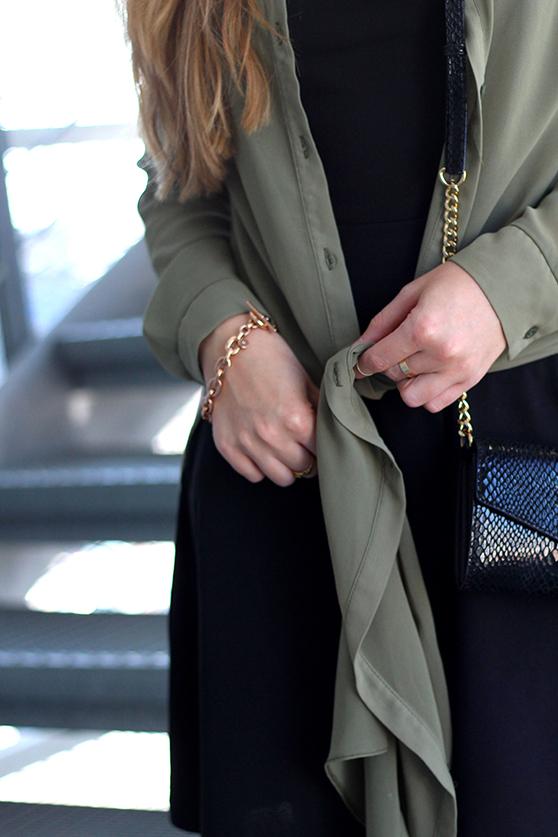 OOTD Blog Schwarzes Kleid und grüne lange Bluse mit Michael Kors Tasche 4