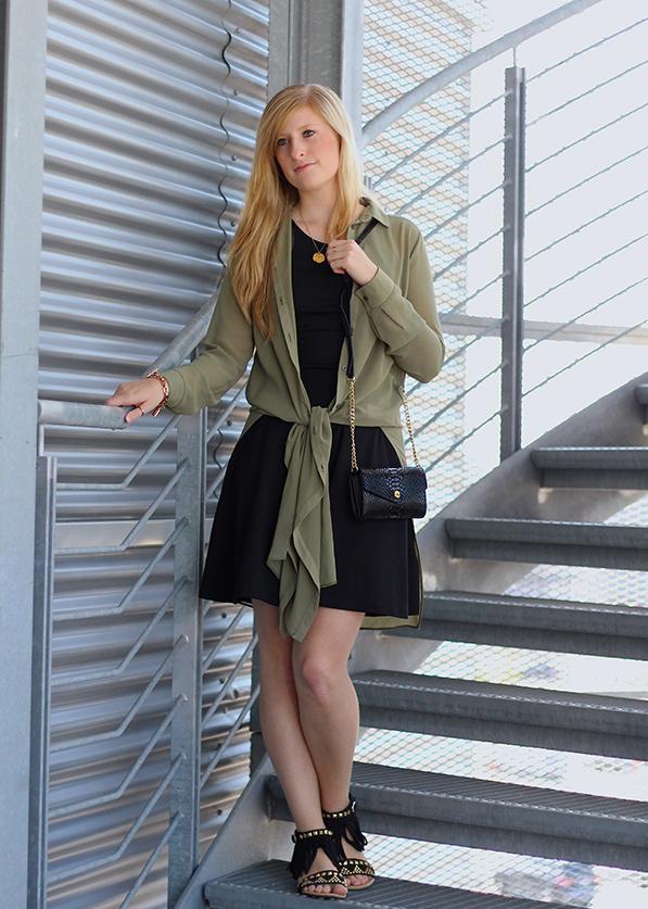 OOTD Blog Schwarzes Kleid und grüne lange Bluse mit Michael Kors Tasche 7