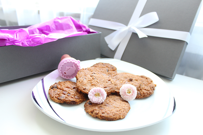 Omatag_Schokolade_Cranberry_Cookies_mit_Geschenk_Background