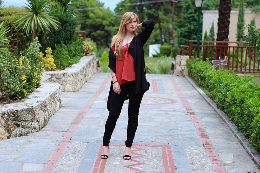 Petite Fashion Blog Griechenland Cardigan Trägeroberteil mit geschnürtem Ausschnitt T