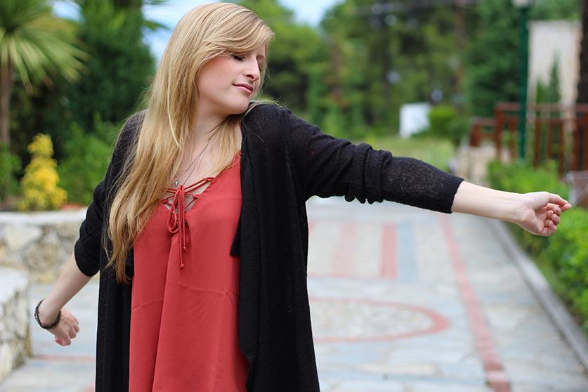 Petite Fashion Blog Griechenland OOTD Lookbook Oberteil  geschnürtem Ausschnitt Rostrot 2