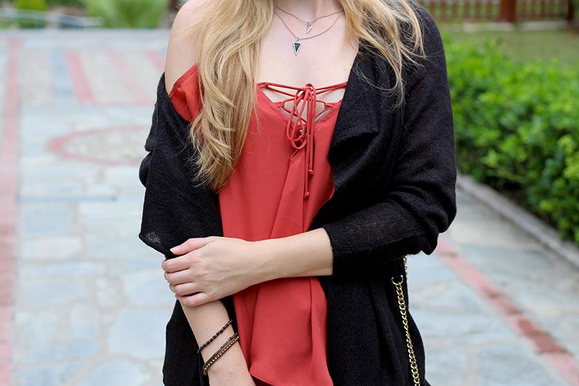 Petite Fashion Blog Griechenland OOTD Lookbook Oberteil  geschnürtem Ausschnitt Rostrot 6