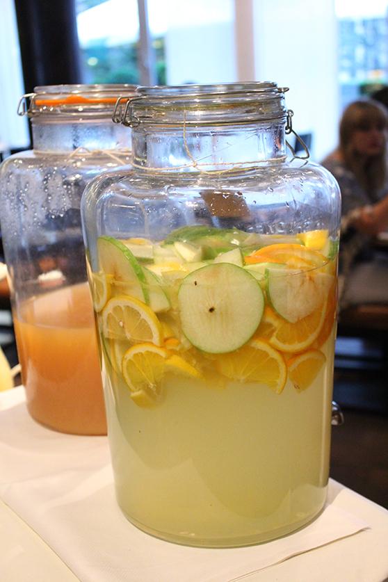 Reiseblog Hotelbericht Radisson Blu Hotel am Medienhafen in Düsseldorf Frucht Wasser Apfel Orange