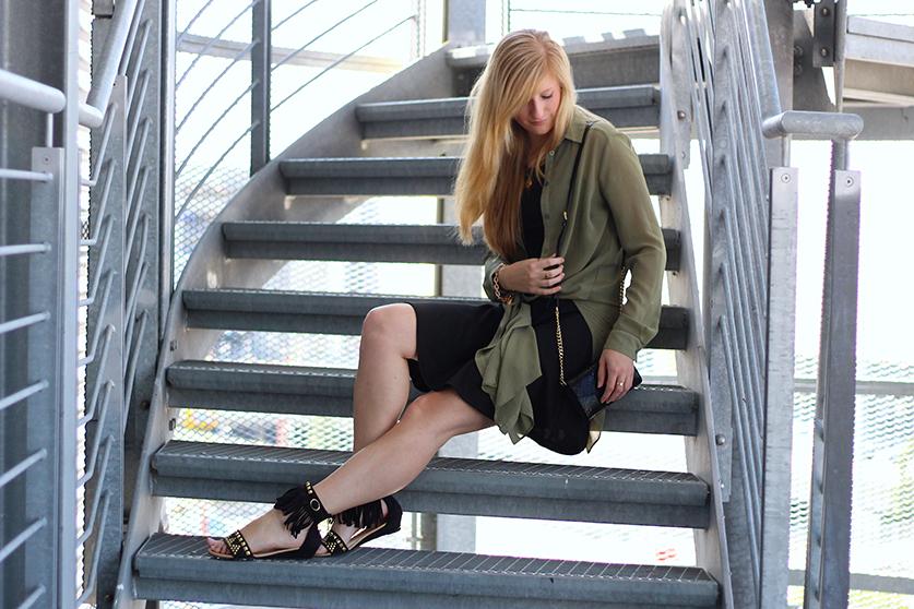 Schwarzes Kleid und grüne lange Bluse mit Michael Kors Tasche 9 Radisson Hamburg
