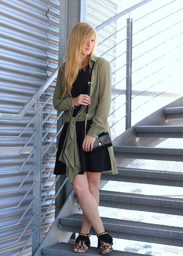 Schwarzes Kleid und grüne lange Bluse schwarze Michael Kors Tasche 1