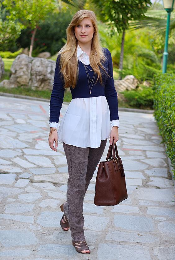 Streetstyle Mode Blog Griechenland Blaues Crop Top mit weißer Bluse braune Prada Tasche 1