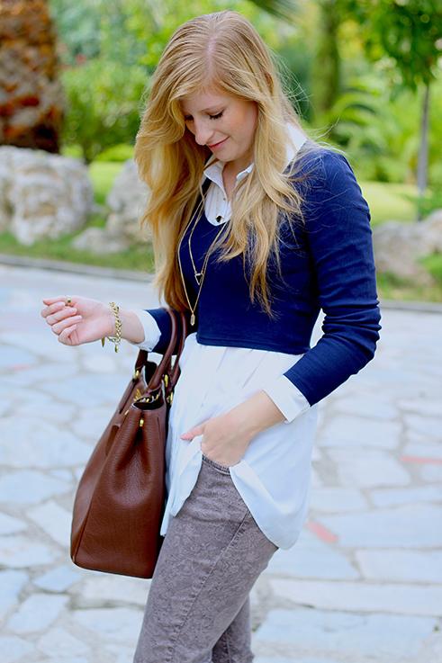 Streetstyle Mode Blog Griechenland Blaues Crop Top mit weißer Bluse braune Prada Tasche 2