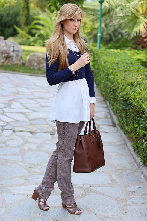 Streetstyle Mode Blog Griechenland Blaues Crop Top mit weißer Bluse braune Prada Tasche 5
