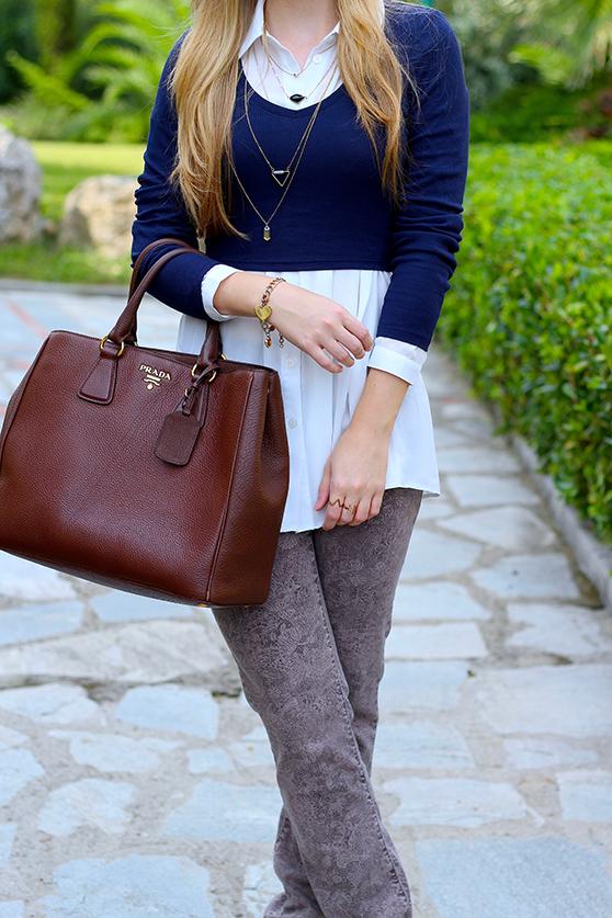 Streetstyle Mode Blog Griechenland Blaues Crop Top mit weißer Bluse braune Prada Tasche 3