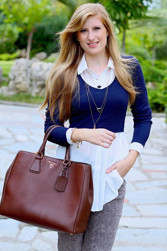 Streetstyle Mode Blog Griechenland Blaues Crop Top mit weißer Bluse braune Prada Tasche 6
